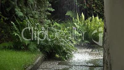 Regenrinne läuft über nach Gewitter