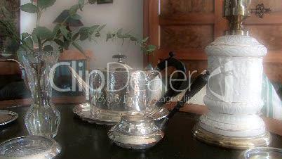 Silbergeschirr auf Biedermeier-Tisch