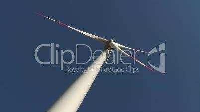 Windrad gegen blauen Himmel
