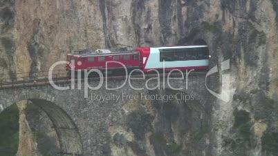Glacier Express fährt über Landwasserviadukt