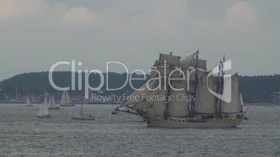 Segelschiff mit offenen Segeln