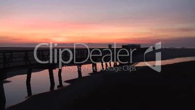 Brücke an der Nordsee am Abend