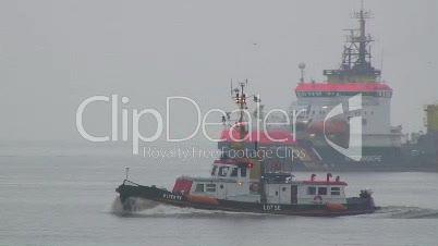Lotsenboot passiert Unfallstelle auf der Elbe