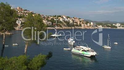 Die Bucht Cala Fornells mit Ausflugsschiff
