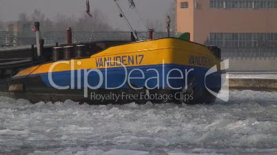 Binnenschiff mit Eisschollen auf dem Main