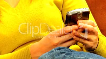 Frau schreibt SMS 2