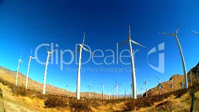 Rotierende Windräder in der Wüste