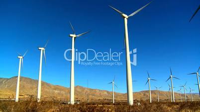 Windkraftanlage vor bergiger Wüstenlandschaft