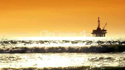 Ölplattform im Meer vor hohen Wellen