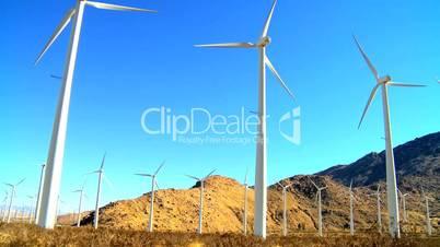 Windkraftanlage vor Bergen und Hügeln