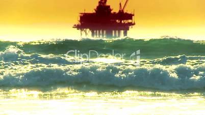 Ölplattform im Meer mit hohen Wellen