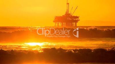 Ölplattform im Meer unter orangem Himmel