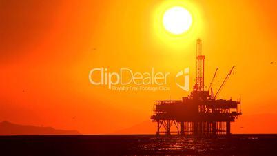 Ölplattform im Meer unter hochstehender Sonne