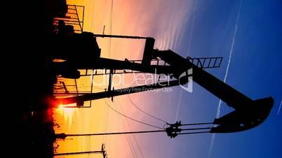 Ölbohrung bei Sonnenuntergang