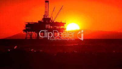 Ölplattform im Meer bei Sonnenuntergang