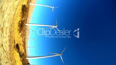 Rotierende Windräder unter blauem Himmel
