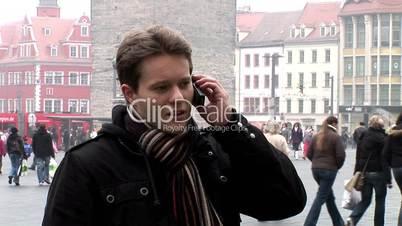 HD1080i Junger Mann telefoniert draussen