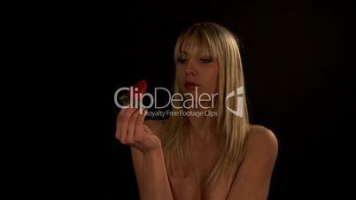 HD1080i Junge hübsche nackte Frau ist eine Erdbeere