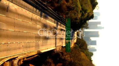 Schnell fahrende Autos auf Highway vor Skyline