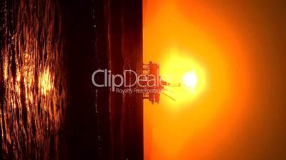 Ölplattform unter hochstehender Sonne