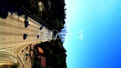 Fahrende Autos auf Highway vor Skyline