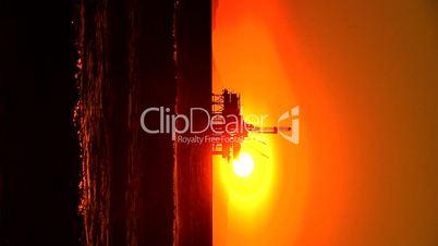 Bohrinsel unter tiefstehender / untergehender Sonne