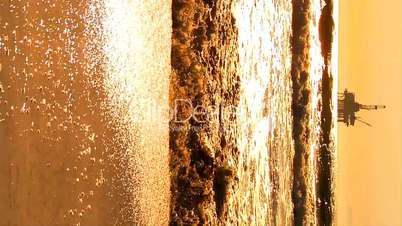 Bohrinsel am Horizont - Sandstrand