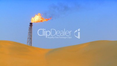 Brennende Gasfackel raucht in Wüste