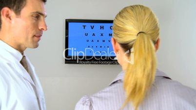 Frau beim Sehtest hält sich die linke Hand vor das Auge