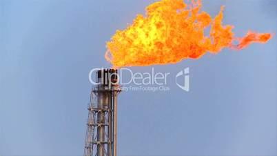 Schwenk auf brennende Gasfackel