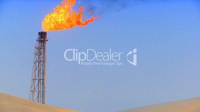 Brennende Gasfackel in der Wüste