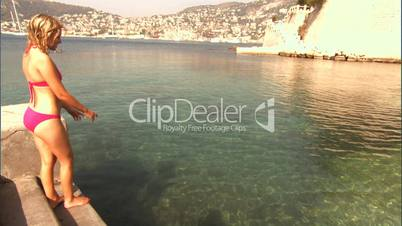 Frau im Bikini springt ins Wasser