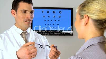Frau mit Brille beim Augentest
