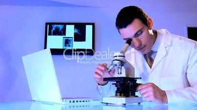 Arzt arbeitet am Mikroskop