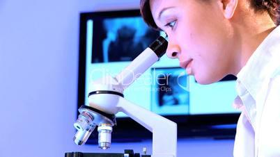 Frau arbeitet am Mikroskop