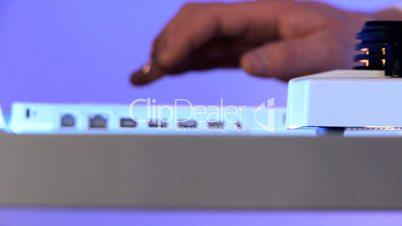 Nahaufnahme - Hände an Mikroskop und Computer