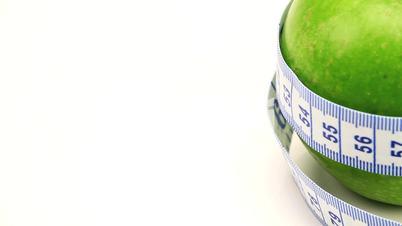 Grüner Apfel mit Maßband