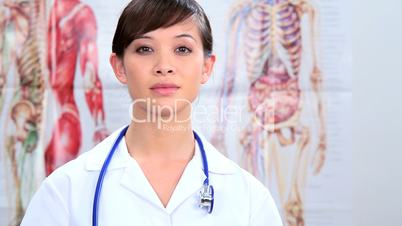 Braunhaarige Ärztin mit Stetoskop um den Hals