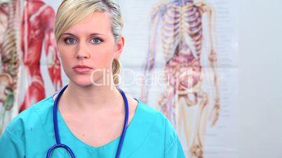 Blonde Ärztin mit Stetoskop um den Hals