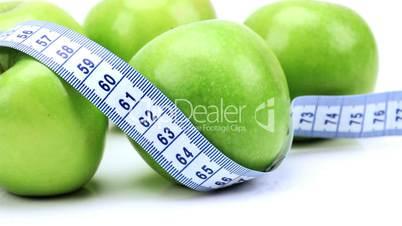 Grüne Äpfel umschlungen von Maßband