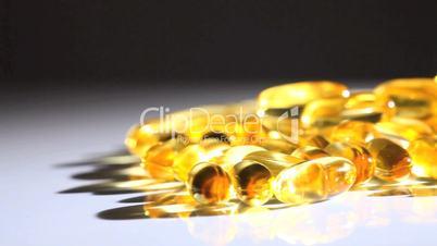 Vitaminkapseln - schwarzer Hintergrund