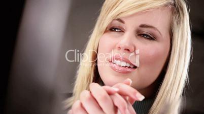 Blonde Frau redet / unterhält sich