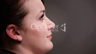 Profilaufnahme - Braunhaarige Frau hört zu und spricht