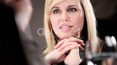 Blonde Frau im geschäftlichen Meeting