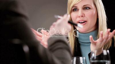 Blonde Frau lächelnd im geschäftlichen Meeting