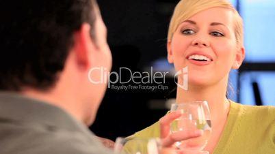 Blonde Frau unterhält sich bei einem Glas Wasser