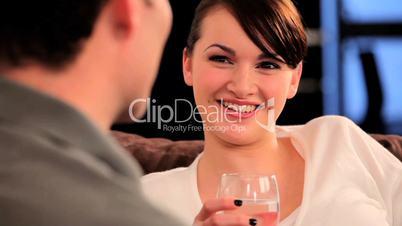 Braunhaarige Frau amüsiert sich / lacht