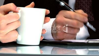 Geschäfliche Besprechung - Hände an einem Tisch