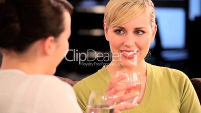 Blonde Frau lacht mit braunhaariger Frau