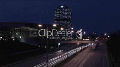 München - BMW Zylinder und BMW Welt am Abend/ nachts